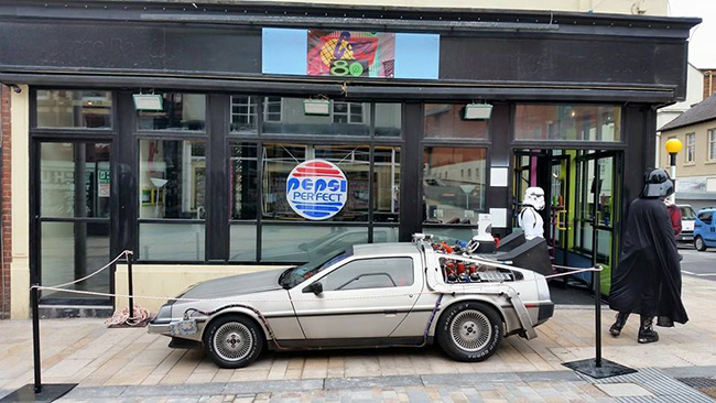 cafe-80s-delorean