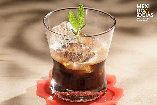 Drink de café espresso com cachaça