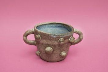 Café em canecas é coisa do passado. A moda agora é copo de cerâmica pintado