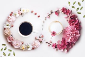 A combinação entre café, flores e fotografia