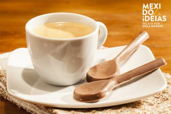 Colher de chocolate com café espresso