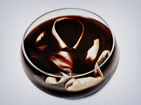 Mergulhe a peça 100% algodão no café e deixe de molho durante 8 horas. Tenha certeza de que o café cubra todo o tecido.
