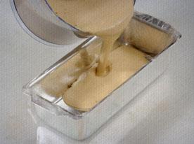 Coloque na forma e cubra com papel filme para evitar que o sorvete fique ressecado. Deixe no freezer por no mínimo 3 horas. Sirva com frutas vermelhas ou figo bem maduro.