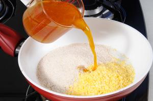 Em uma frigideira, doure um pouco o Flocão com a farinha de mandioca